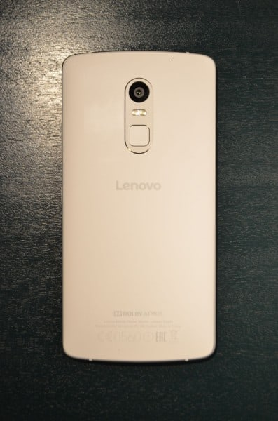 Senzor otisků prstů umístěný pod fotoaparátem
