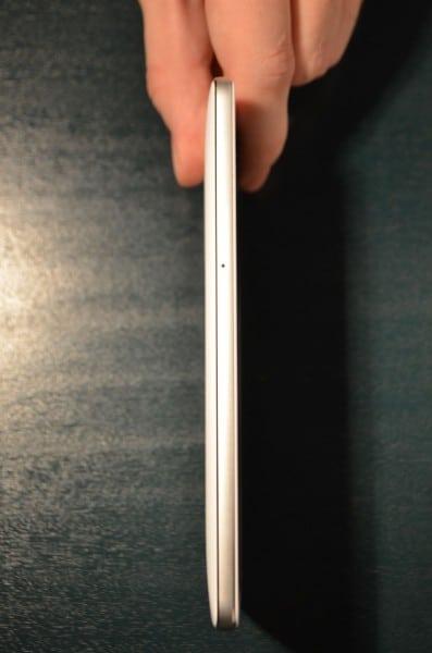 Kompromis je třeba udělat při osazení SIM karet. Buď dvě, nebo microSD karta