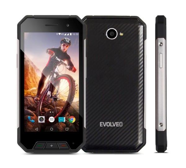 Model StrongPhone Q7 má v balení výměnné boční díly