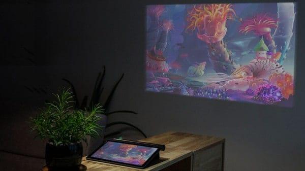 Z ideální vzdálenosti kolem dvou metrů vytvoří obraz s úhlopříčkou 70 palců