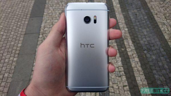 Celý telefon je z kovu