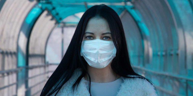koronavirus zena s rouskou